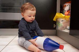 bébé : attention aux produits dangereux !
