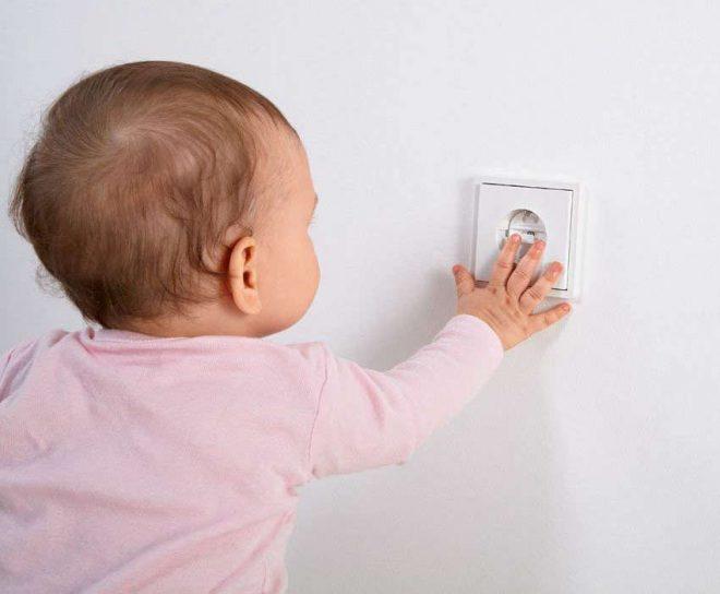 attention aux prises électriques pour protéger votre bébé !