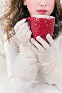 Boire un chocolat chaud pour se réchauffer